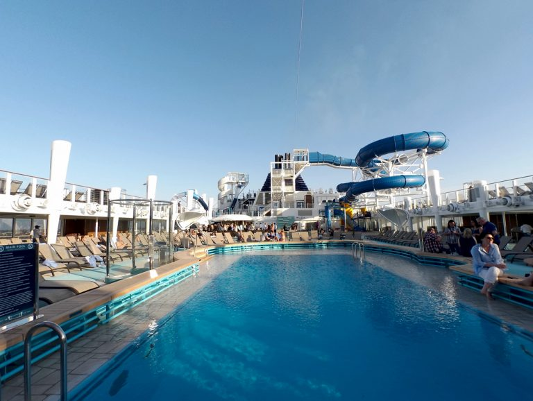 Norwegian_Bliss_swimming_pool_100_2329